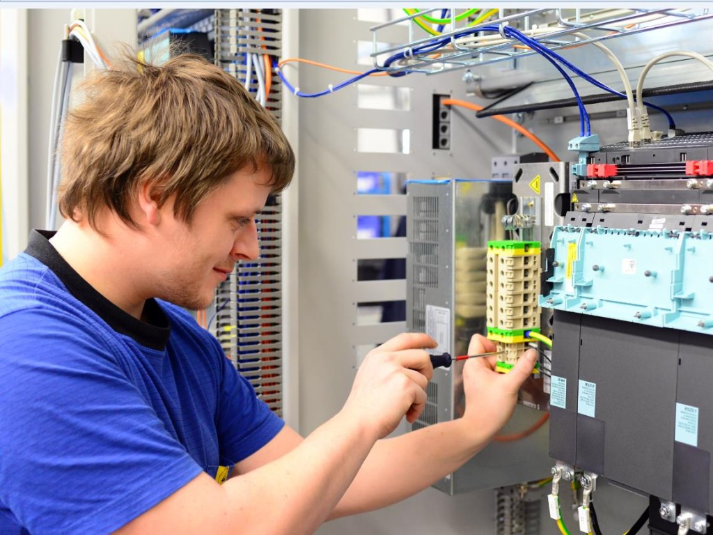 Qualified electrician with our electrotechnology courses | TÜV Rheinland