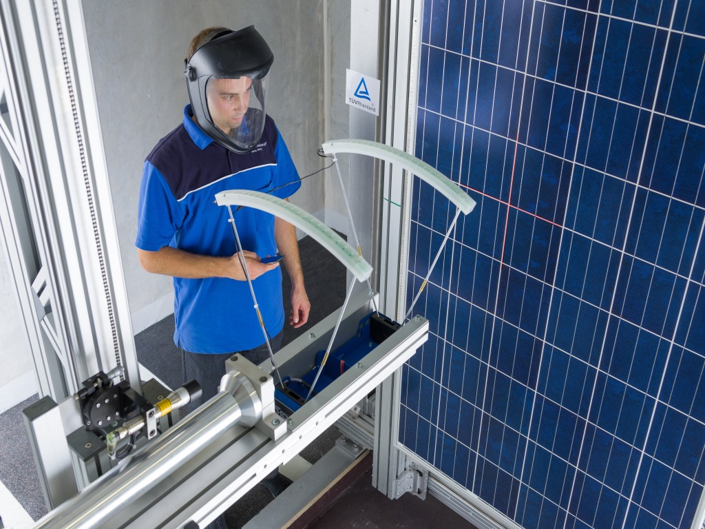 Solar glass testing: We test the stability and performance of photovoltaic glass. | TÜV Rheinland